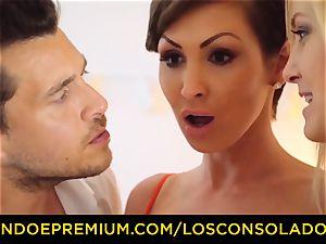 LOS CONSOLADORES - buxomy Yasmin Scott banged in warm FFM
