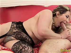 Mature Savannah Jane rails a large man meat