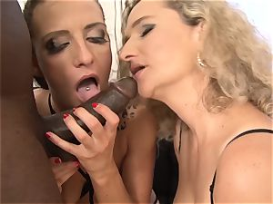 2 cougars Take turns double penetration screwed black sausages Get facial cum