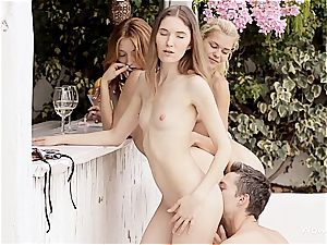 Bartender gets lucky with a 3 of euro models